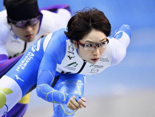 公式練習で調整する小平奈緒=手前=(22日、エムウエーブ)=アフロスポーツ/JSF提供・共同
