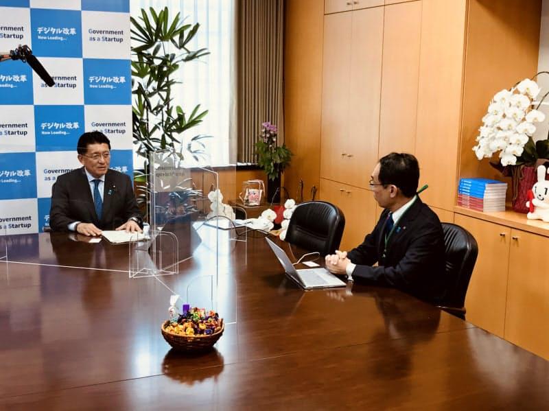行政システムのデジタル化について話し合った(22日、内閣府)