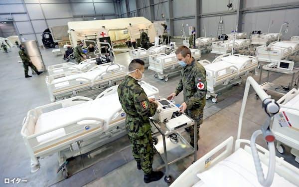 チェコでは医療崩壊の回避へ軍が臨時の医療施設の整備を急ぐ(22日、プラハ市内)=ロイター