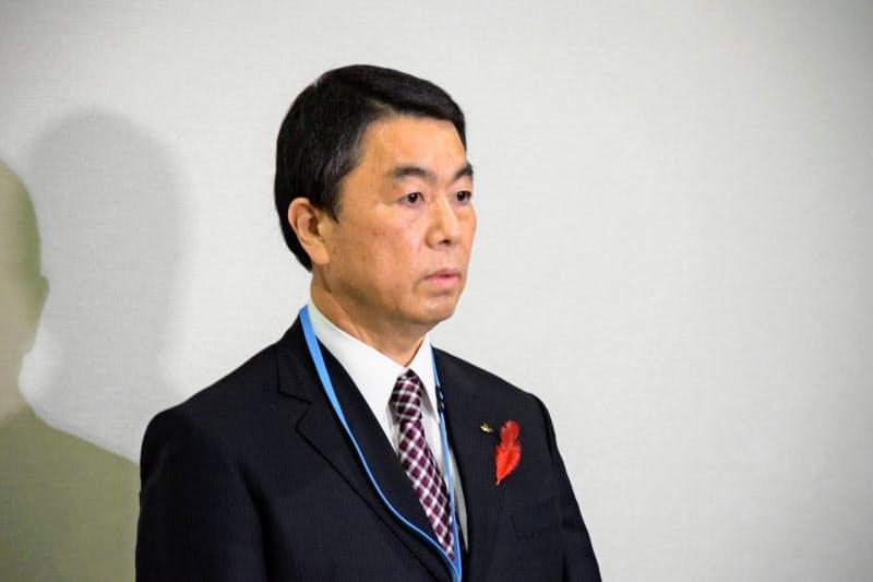本会議終了後、取材に応じる村井知事(22日、宮城県議会)