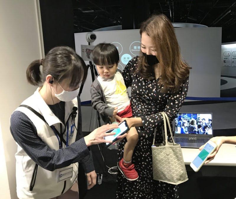 「もぎり」の代わりに係員がスマートフォンの画面を2度タップする(22日、福岡市)