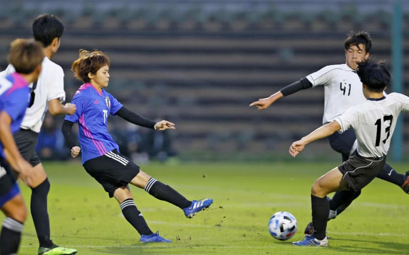 福島・ふたば未来学園高の男子との練習試合で、ゴールを決める小林=左(22日、福島県のJヴィレッジ)=共同