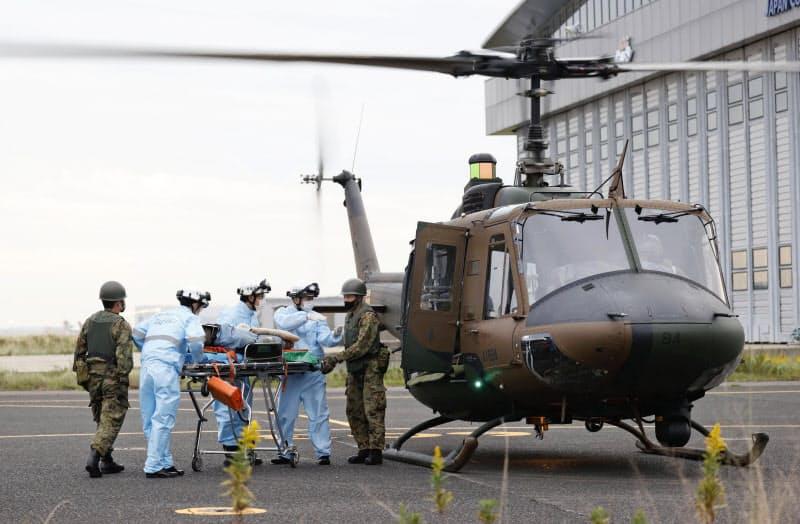 自衛隊のヘリコプターで負傷者を搬送する訓練(22日、関西12bet国际平台空港)=共同