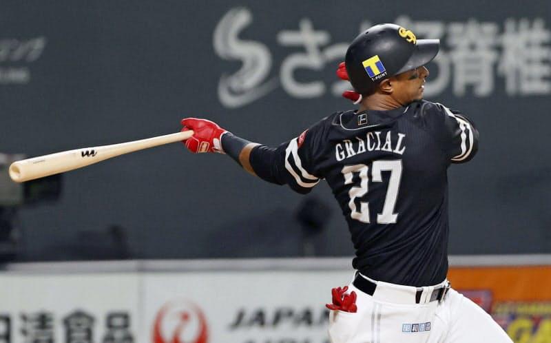 5回ソフトバンク1死満塁、グラシアルが中前に適時打を放つ(22日、札幌ドーム)=共同
