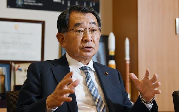 インタビューに答える自民党の塩谷立氏(22日、東京・永田町)