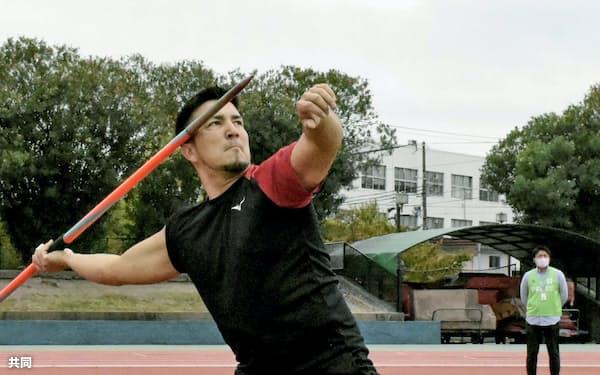 練習を公開した陸上男子やり投げのディーン元気(22日、兵庫県尼崎市)=共同