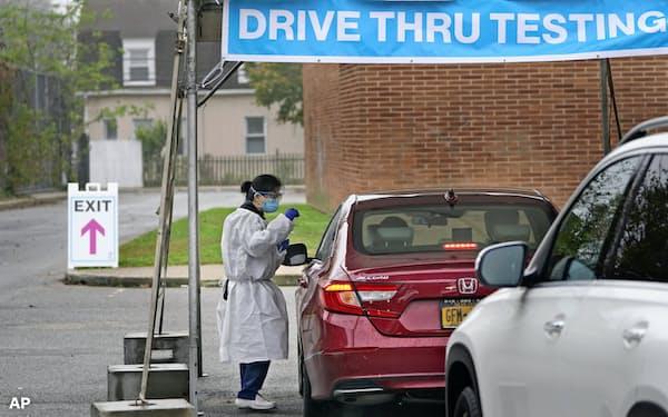 米国では新型コロナの感染が再び拡大している(21日、ニューヨーク州の検査場)=AP