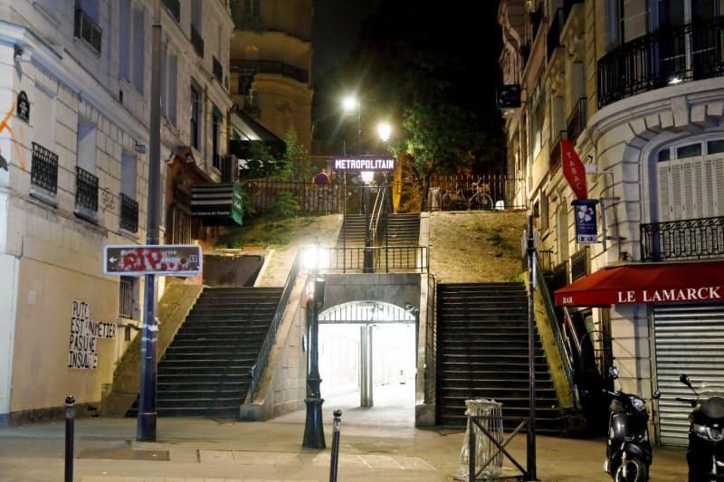 夜間外出禁止で人通りが絶えたパリ(17日)=ロイター