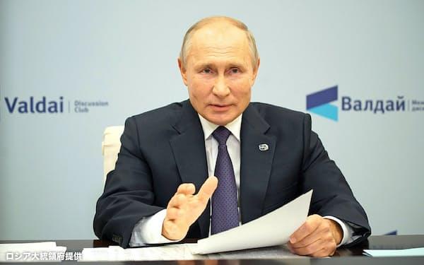 有識者会議にオンラインで参加したプーチン氏(22日、モスクワ郊外)=ロシア大統領府提供