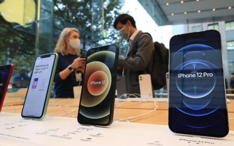 発売された「iPhone12」シリーズ(23日午前、東京都渋谷区のアップル表参道)