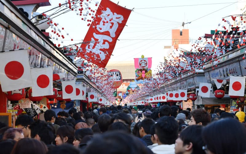 2021年は1月4日を仕事始めとする企業が多いため、祝日である11日までなどへの休暇延長を促す(写真は2017年の元旦に初詣客らで混雑する東京・浅草)