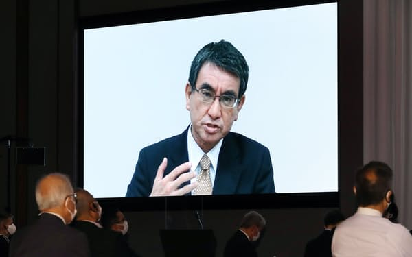 基調講演として会場に映し出された河野太郎規制改革相のビデオメッセージ(23日午前、東京都港区)