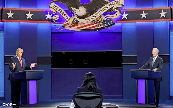 22日、米ナッシュビルで討論会に参加するトランプ大統領(左)とバイデン前副大統領=ロイター