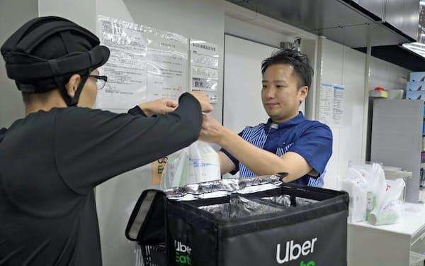 日本でもウーバーイーツ配達員などギグワーカーの働き方が広がっている