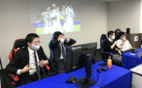 サッカーゲーム決勝では茨城県チーム(右の2人)が常陽銀行チームを破った(水戸市、22日)
