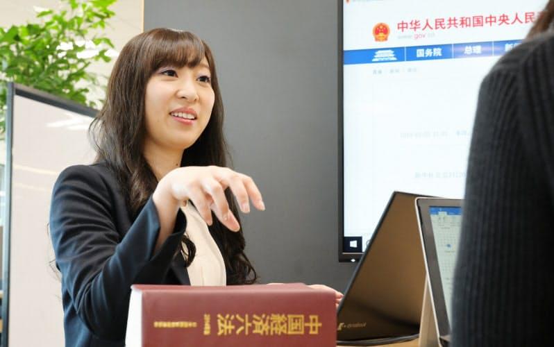 中国の法律について話す三井物産法務部の岩本真利亜さん(東京都千代田区)