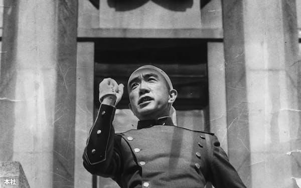 乱入した自衛隊の市ケ谷駐屯地で、自殺前にバルコニーで演説する三島由紀夫(1970年11月25日)