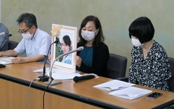 要望書を提出後に記者会見した医療情報の公開・開示を求める市民の会の勝村久司・代表世話人(左)と、医療事故で長女を亡くした金坂康子さん(中央)ら(9月、東京・霞が関)