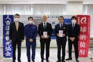 球磨焼酎と人吉の観光を支援するプロジェクトに伴う支援金を業界団体に贈呈した(23日、熊本県人吉市)