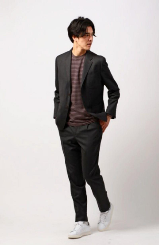 青山商事が発売したセットアップスーツのコーディネート