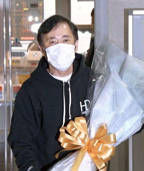 ラジオ番組の放送後、取材に応じる岡村隆史さん(23日未明、東京都内)=共同