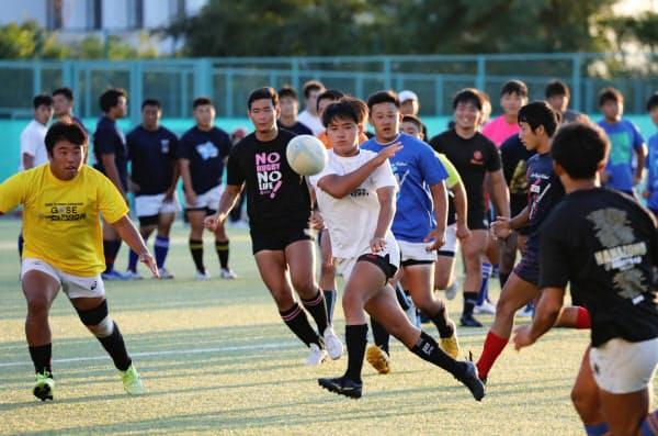 練習する中部大春日丘高校のラグビー部員(1日、愛知県春日井市)