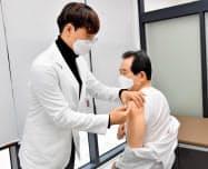 不安払拭のため予防接種の写真を公開した韓国の丁世均首相=フェイスブックから