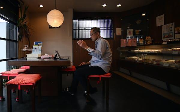 オンライン診療を受ける男性(19日、福島県会津若松市)