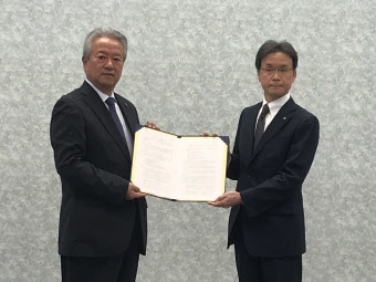 記者会見した静岡銀行の大橋弘常務執行役員(左)とスター精密の山梨正人上席執行役員(23日、静岡市)