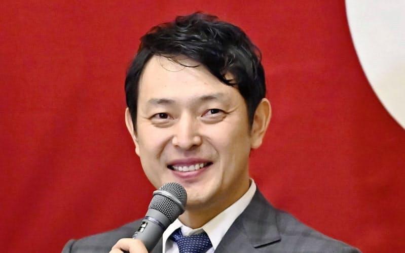 現役引退の記者会見で笑顔を見せる巨人の岩隈久志投手(23日、東京ドーム)=共同