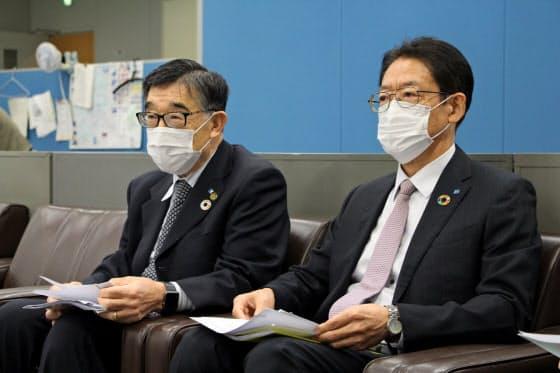 会見する東和銀の吉永会長(左)と江原頭取(23日、前橋市の群馬県庁)