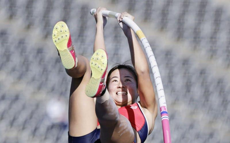 女子棒高跳び、4メートル00で優勝した明石商・古林愛理(23日、エディオンスタジアム広島)=共同