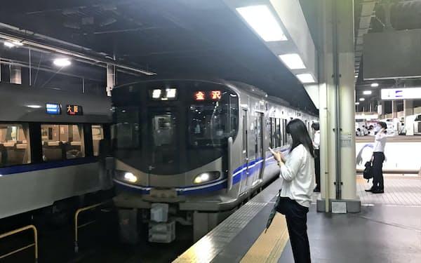 金沢駅など北陸新幹線の主要駅を除いて有人窓口を廃止する(金沢市)