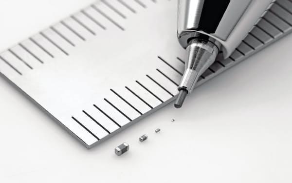 スマホやPC向けなどで電子部品の需要が高まった(村田製作所の積層セラミックコンデンサー)