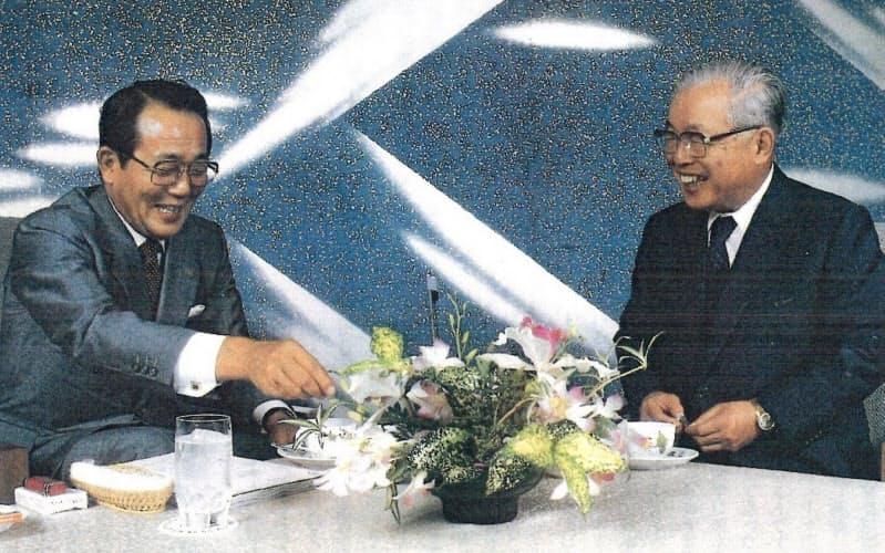 NTT真藤社長(右)とDDI稲盛会長の対談(1985年)。真藤さんには競争相手を育てるという信念で創業当時何度も助けて頂いた