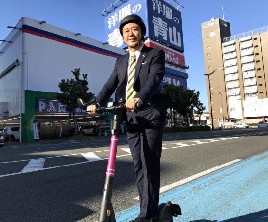 電動キックボードに乗る高島宗一郎市長(福岡市)