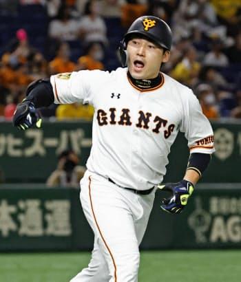 2回、先制ソロを放ち、ベンチに向かって雄たけびを上げる巨人・丸(23日、東京ドーム)=共同