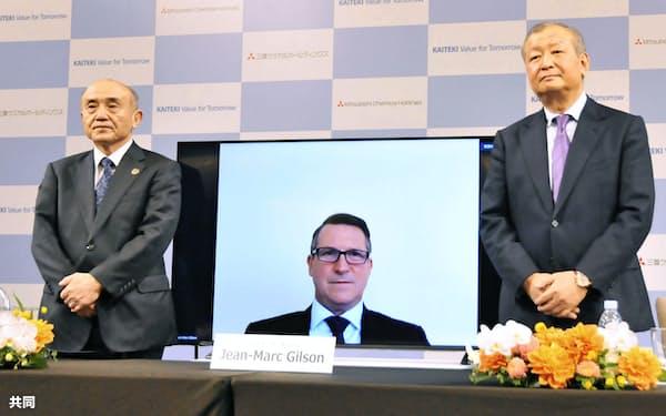 オンラインで記者会見に出席した、三菱ケミカルHD次期社長のジョンマーク・ギルソン氏。左は越智仁社長(23日午後)=共同