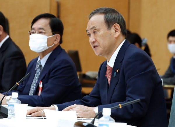 規制改革推進会議であいさつする菅首相(10月7日、首相官邸、左は小林氏)