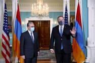 アルメニアのムナツァカニャン外相(左)との会談に臨むポンペオ米国務長官(23日、ワシントン)=AP
