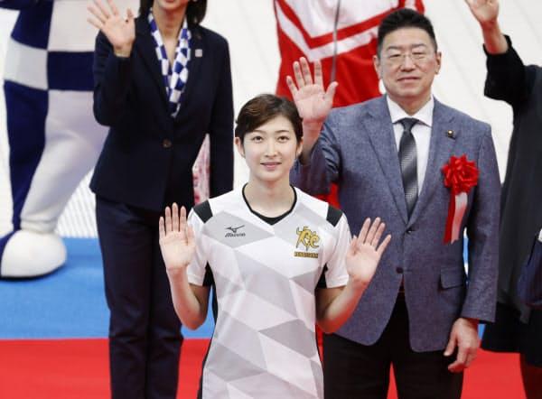 東京アクアティクスセンターで行われた完成披露式典で手を振る競泳の池江選手(24日午前、東京都江東区)