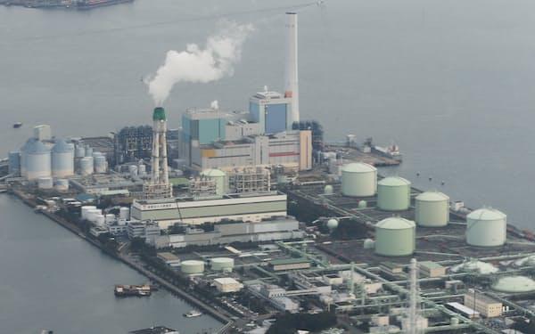 天然ガス火力発電所(手前)と石炭火力発電所(奥)=横浜市磯子区