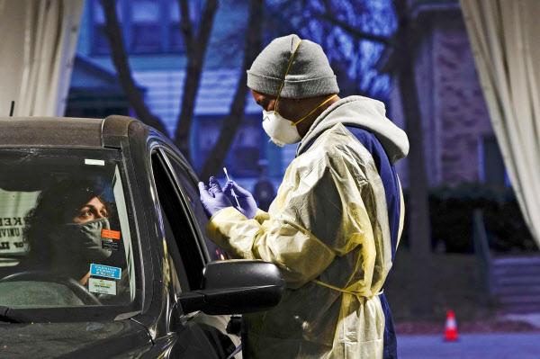 ドライブスルーによるコロナ検査の様子(22日、ウィスコンシン州)=ロイター