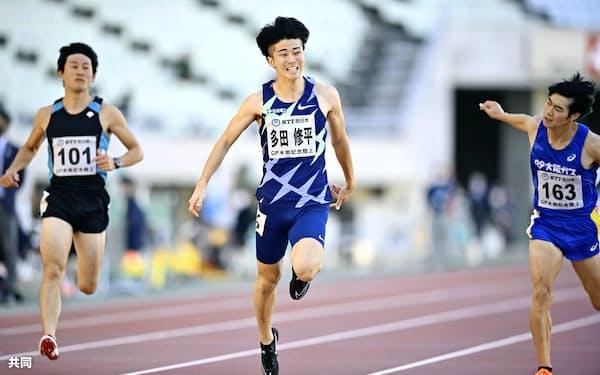 男子100メートル決勝 10秒22で優勝した多田修平=中央(24日、ヤンマースタジアム長居)=共同