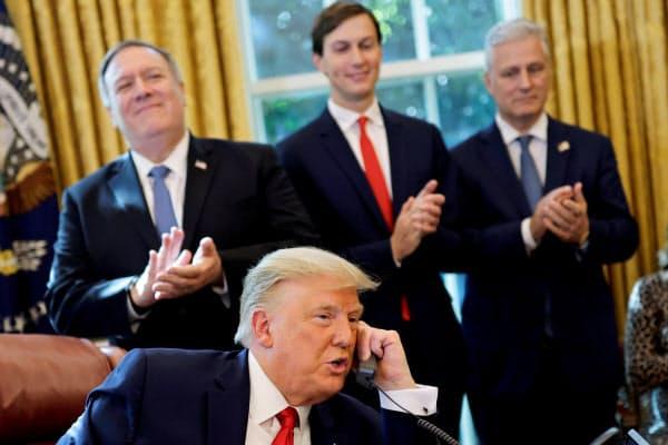 イスラエル、スーダン首脳と電話するトランプ米大統領(23日、ホワイトハウス)=ロイター
