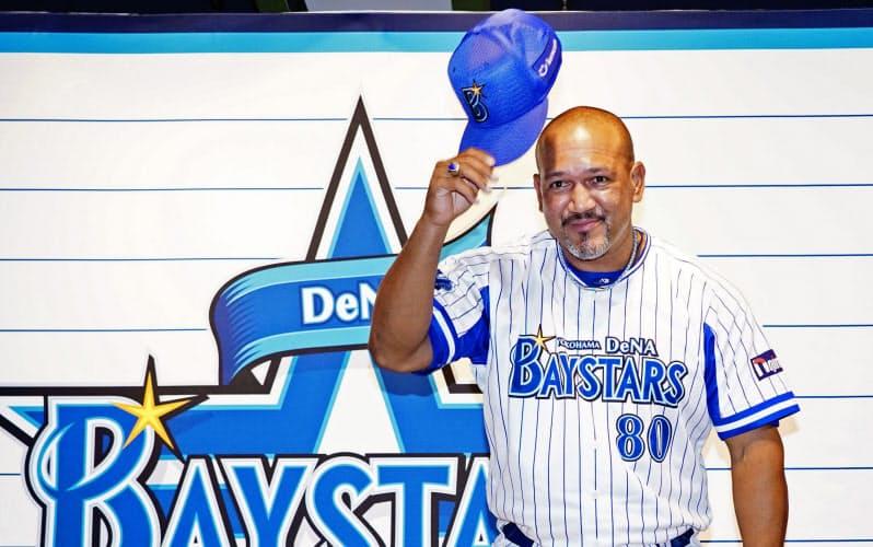 退任の記者会見を終え、あいさつするプロ野球DeNAのアレックス・ラミレス監督(24日、横浜スタジアム)=代表撮影・共同