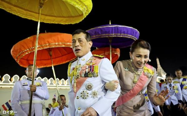 王室支持者の歓迎に応えるワチラロンコン国王とスティダー王妃(23日、バンコク)=ロイター