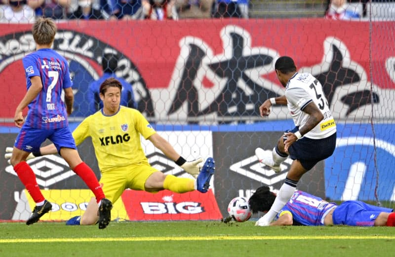 FC東京―横浜M 後半、先制ゴールを決める横浜Mのジュニオールサントス(右)。GK林=共同