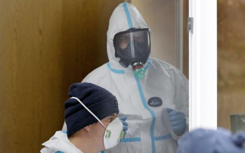 欧州でもコロナ感染の再拡大が深刻(23日、ポーランドのワルシャワ)=AP