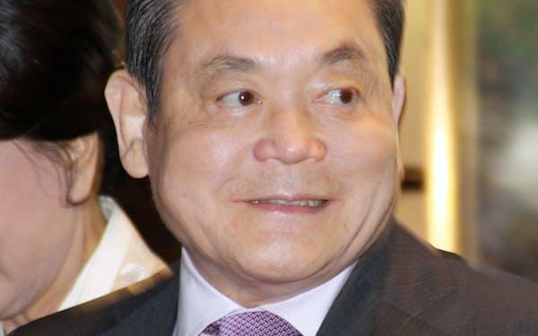サムスン電子の李健熙(イ・ゴンヒ)会長(右)(2012年)